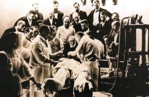 Virchow assiste ad un intervento chirurgico di asortazione di un tumore, 1900